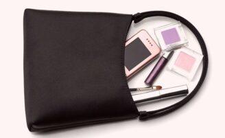 Veja quais itens de maquiagem toda mulher deve levar na bolsa
