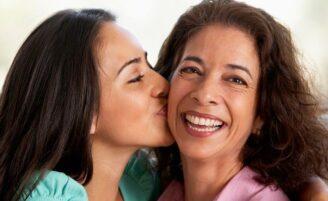 """""""Mãe, tô namorando"""": como lidar com o namoro de filhos na adolescência"""