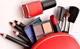 18 maquiagens em miniatura e paletas de viagem que são incrivelmente práticas