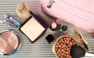 Vai viajar? Siga 10 dicas para reduzir seu kit de maquiagem