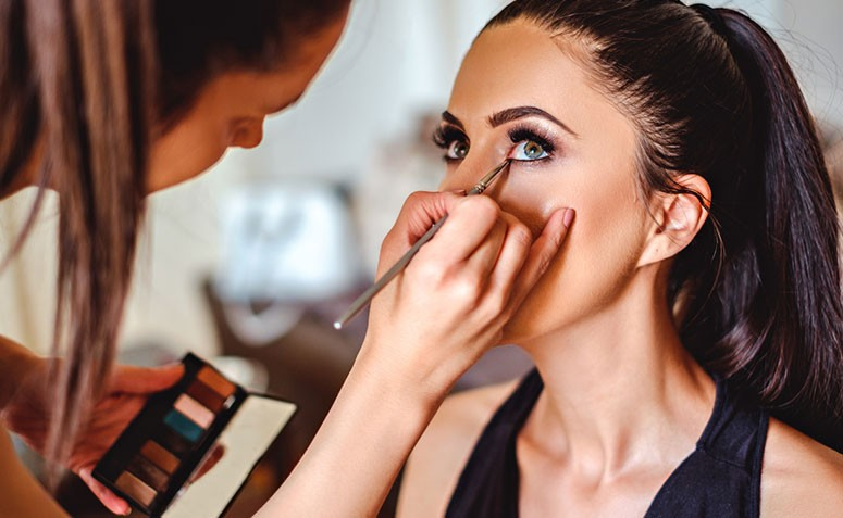 ff489f869 8 truques de maquiagem para aumentar os olhos - Dicas de Mulher