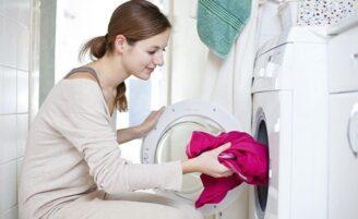 Como lavar roupa colorida sem perder a cor