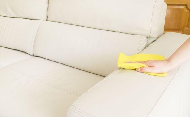 como lavar sofa em casa