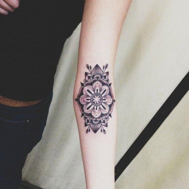 Tatuagens femininas no braço no pulso