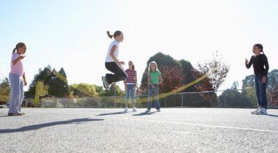 17 brincadeiras antigas que seus filhos precisam aprender