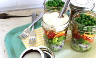 Salada no pote de vidro: opção prática para refeições saudáveis