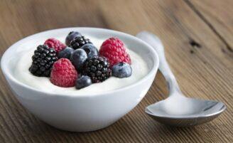 Conheça as diferenças entre iogurte, leite fermentado e bebida láctea