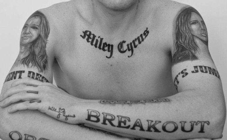 Tatuagem com o nome da cantora Miley Cyrus. Foto: Reprodução