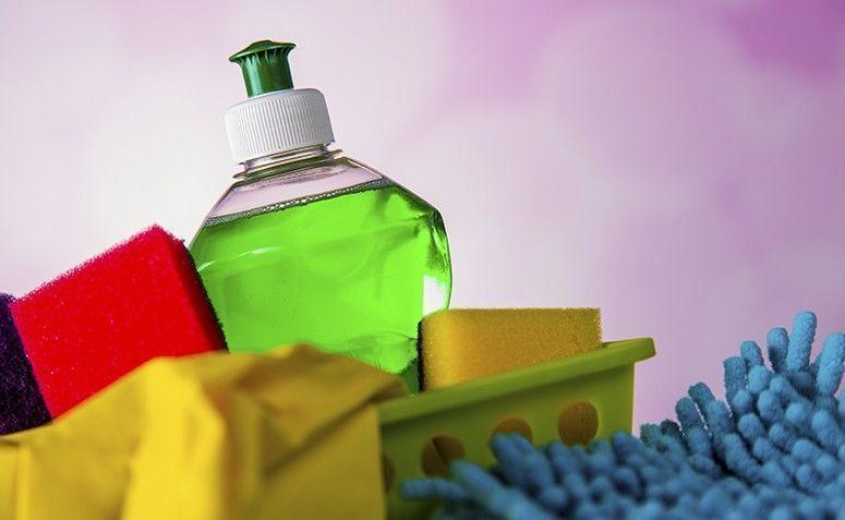 O detergente usado para lavar louças possui uma ação mais eficaz para retirar manchas de ferrugem das roupas do que os sabões em pó para lavar roupa, já que sua composição é mais química.