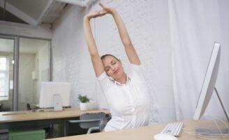 19 exercícios para fazer sentada na sua mesa de trabalho