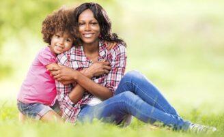 Looks confortáveis, práticos e estilosos para mães de crianças pequenas