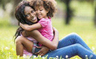 Criação com apego estimula vínculo forte entre pais e filhos