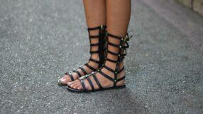 Sandália gladiadora pode ser a grande estrela do seu look
