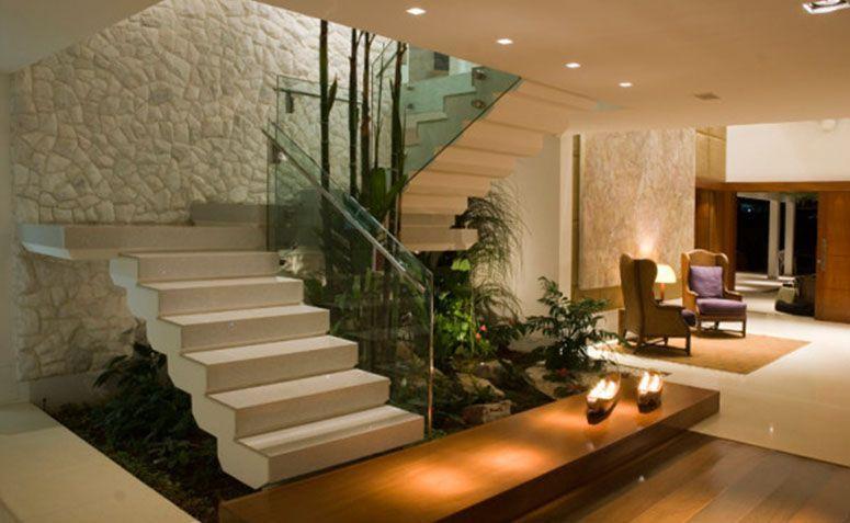 14 ideias criativas para usar o espa o embaixo da escada for Casa moderna con jardin interior