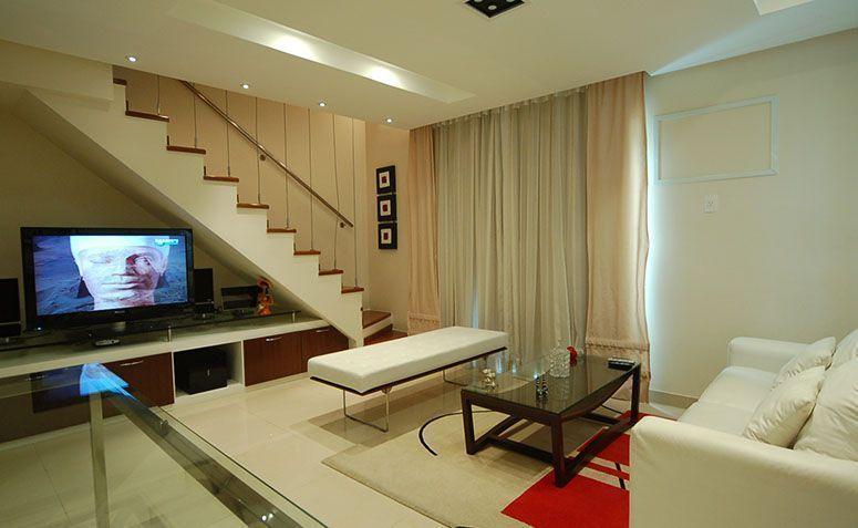 14 ideias criativas para usar o espa o embaixo da escada for Sala de estar grande com escada