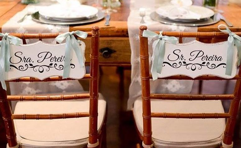 Placas para cadeiras dos noivos por R$66 no Elo7