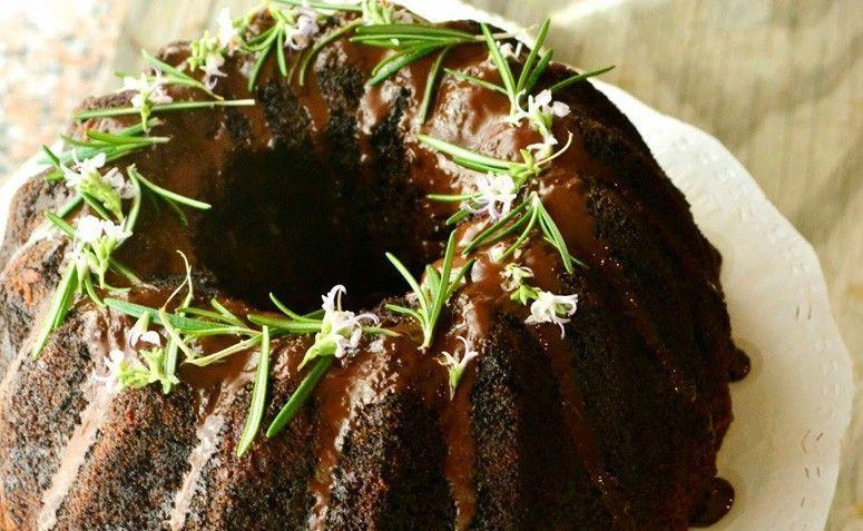 Bolo de chocolate com alecrim. Foto: Reprodução / Partilhando sabores