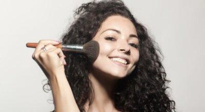 Pó facial: tipos, produtos e dicas para acertar na maquiagem