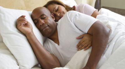 Dormir de conchinha: conheça as delícias que a posição proporciona