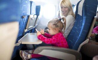 Criança no avião: 24 dicas para tornar o momento menos estressante