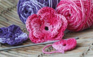 Aprenda a fazer flores de crochê e inspire-se com ideias de onde aplicá-las