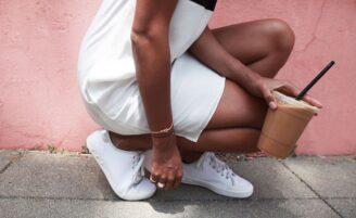 Aprenda a incluir o tênis branco nos seus looks unindo conforto e muito estilo