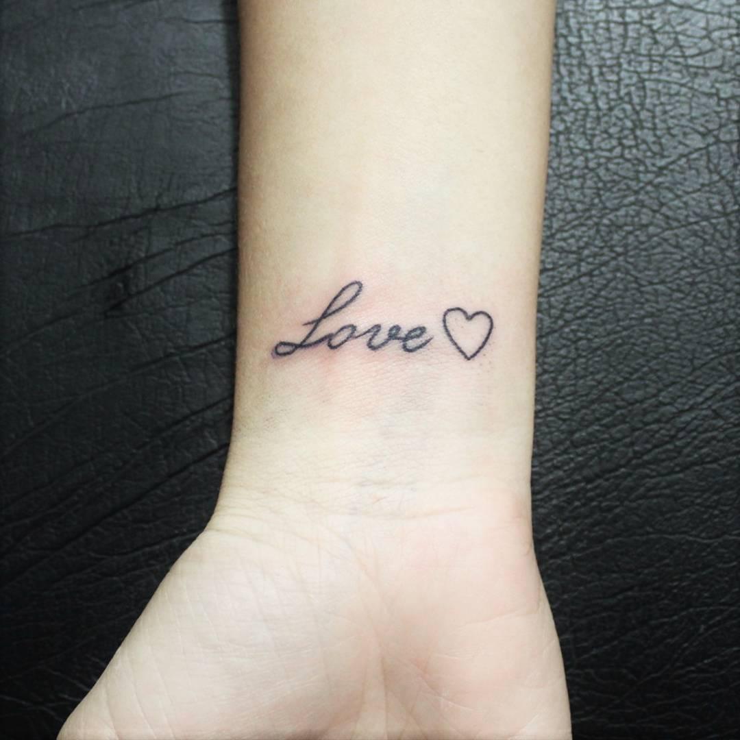 Tatuagens No pulso love
