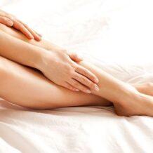 Inchaços vermelhos nas pernas com branco em torno deles