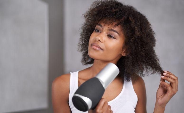 Resultado de imagem para mulher secando o cabelo