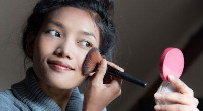 Pó translúcido reduz a oleosidade da pele e garante a duração da make