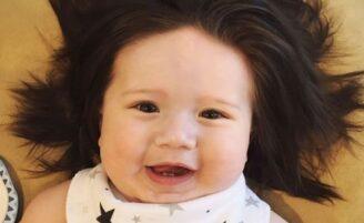 """Não é peruca! Conheça Theo, o mais novo """"bebê mais cabeludo do mundo"""""""