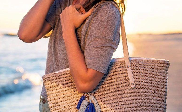 66f568423f565 Saiba mais sobre os modelos de bolsas de praia e confira dicas de looks  para o dia a dia com a peça