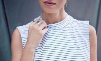 Vestidos e blusas de gola alta: como usar essa modelagem com estilo e elegância