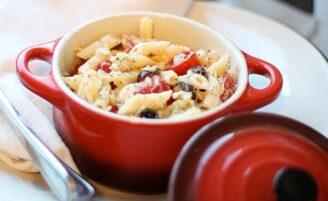 38 receitas de salada de macarrão perfeitas para servir nos dias quentes