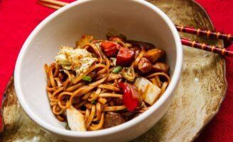Culinária oriental: caia dentro dessas receitas imperdíveis de yakisoba