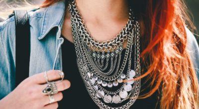 Maxi colar: como usar esse acessório em looks cheios de estilo