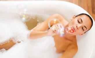 Banho quente queima tantas calorias quanto caminhada, revela estudo