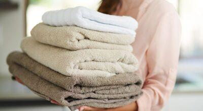 Você deve lavar as toalhas de banho com mais frequência do que imagina. Descubra o motivo