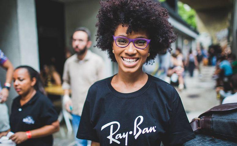 """1ec8d74daa677 A Ray Ban é uma marca mundialmente conhecida e muitas pessoas, inclusive,  usam o termo """"Ray Ban"""" para se referir aos óculos de forma de geral."""