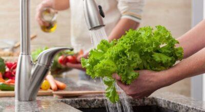 Como lavar alface: aprenda o jeito correto de higienizar alface e outras verduras
