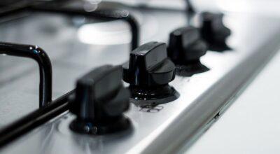 Aprenda um truque com sabonete para limpar boca de fogão de maneira fácil e rápida