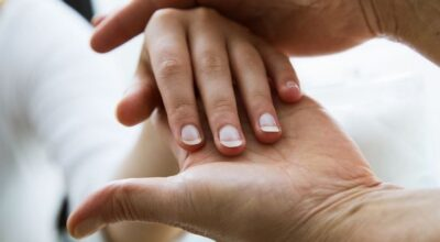 Mulher descobre câncer depois que manicure alertou sobre mancha na unha