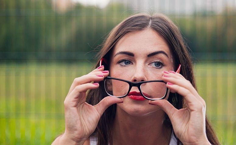 b33a25acf Como limpar óculos de grau: 9 truques para limpar sem danificar a lente
