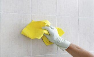 Truque simples com vela evita manchas no rejunte do banheiro; aprenda como fazer