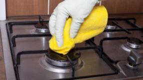 Aprenda um truque para limpar as grades do fogão usando amoníaco