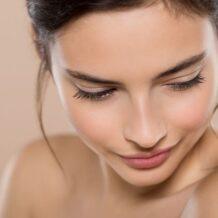 Aprenda como usar água de arroz para clarear manchas na pele