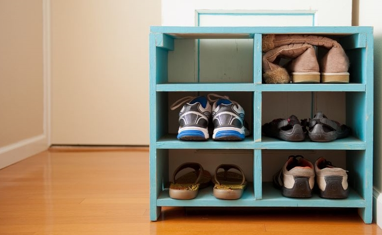 5 motivos para voc tirar o sapato antes de entrar em casa for Guarda zapatos en madera
