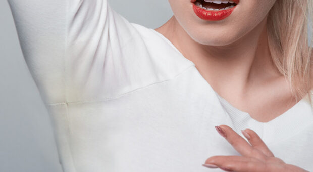 Este truque simples elimina as manchas de suor das suas roupas