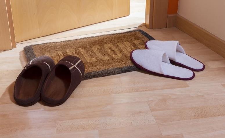 1503a4f694 5 motivos para você tirar o sapato antes de entrar em casa