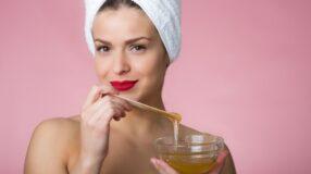4 máscaras faciais caseiras com mel para pele seca, manchada ou com acne